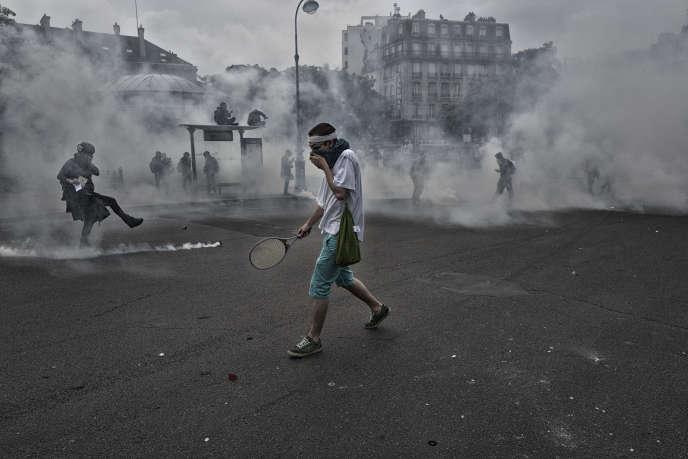 Des manifestants affrontent les forces de l'ordre, le 26 mai 2016 à Paris, à l'issue d'une marche contre la loi Travail.