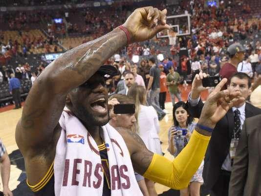 L'ailier des Cleveland Cavaliers, LeBron James célèbre la victoire de son équipe face aux Toronto Raptors, 113 à 87, dans le match 6 de la finale de conférence Est, synonyme de qualification pour la finale NBA.