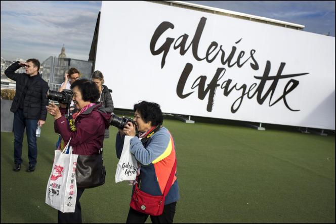 Touristes sur la terrasse de Galeries Lafayette à Paris en 2015.