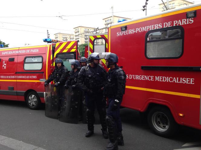 Pendant l'évacuation du manifestant blessé,vers la porte de Vincennes, le 26 mai.