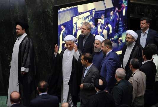 Le président iranien Hassan Rohani (au centre) aux côté de l'ancien président Akbar Hashemi Rafsandjani (au centre à gauche) et du président du Parlement Ali Larijani (au centre, en haut) lors de la session d'ouverture du Parlement iranien, le 28 mai à Téhéran.