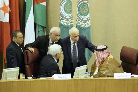 Les membres de la Ligue arabe, rassemblés au Caire en présence du président de l'Autorité palestinienne Mahmoud Abbas (au centre à gauche), ont voté samedi une résolution soutenant l'initiative française d'une conférence internationale à Paris sur le Proche-Orient.