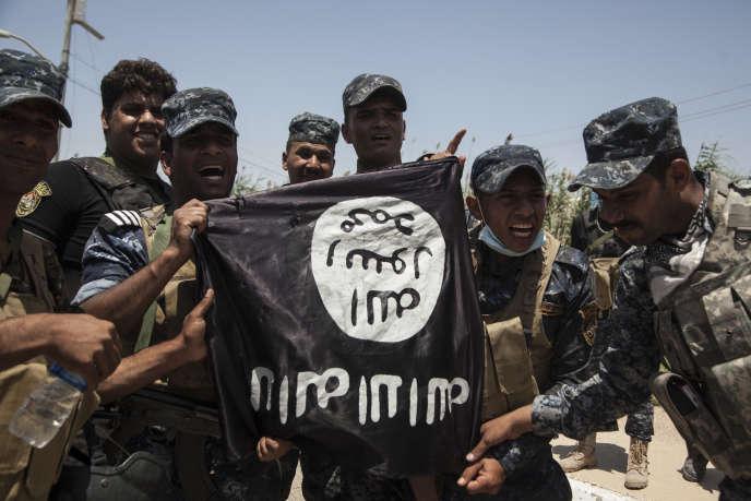 « Il serait faux de croire que nous assistons au crépuscule de Daech. Car l'Etat islamique n'est pas d'abord un territoire : c'est une idéologie» (Photo:Gama, l'un des quartiers de Falloujah,Irak, le 26 mai 2016. Des miliciens brandissent un drapeau de l'état Islamique).
