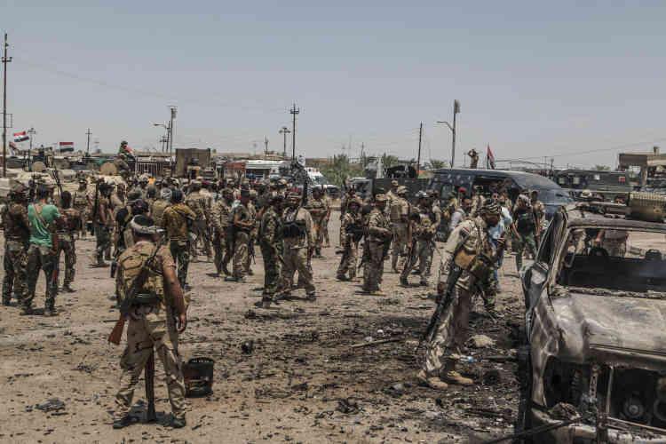 Après les affrontement, les combattants des milices chiites se rassemblent sur une place du centre de Garma, entièrement sous leur contrôle.
