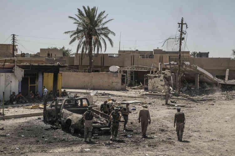 Depuis quatre jours, la coalition internationale, assez peu présente, a mené plusieurs bombardements sur la zone. Vendredi soir, elle affirmait que plus de 70 combattants de l'EIavaient été tués dans ces raids, dont le commandant de l'organisationà Fallouja, Maher Al-Bilaoui.