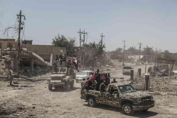 Les combattants chiittes reviennent du front àGarma, situé à 1,5 kilomètre, le 26 mai.