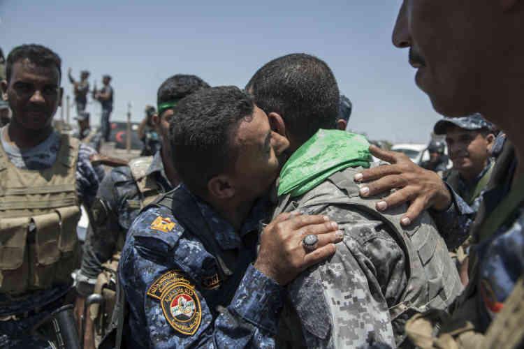 De retour de la ligne de front de Fallouja, des miliciens chiites s'embrassent au centre de Garma.