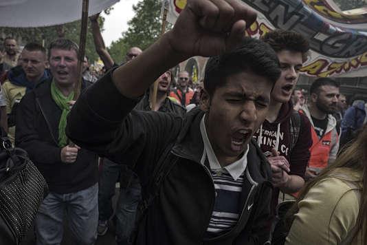 Des personnes défilent, le 26 mai dans les rues de Paris, lors d'une manifestation contre la loi Travail.