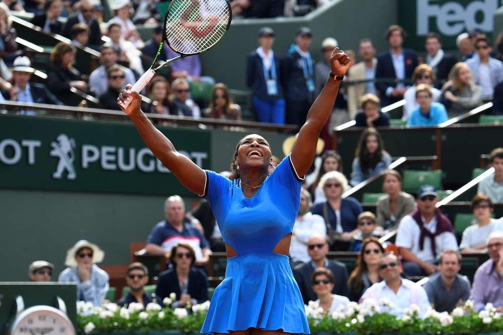 L'Américaine Serena Williams s'est qualifiée pour les huitièmes de finale de Roland-Garros aux dépens de la Française Kristina Mladenovic, tête de série n°29, en deux sets 6-4, 7-6 (12/10), dans un match interrompu par la pluie.