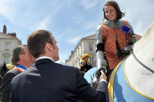 Emmanuelle Macron et une femme dans le rôle de Jeanne d'Arc, le 8 mai à Orléans.