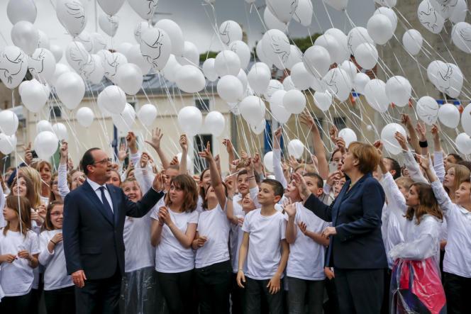 Plus de 30ans après la longue poignée de main entre Mitterrand et Kohl, Hollande et Merkel n'ont pas souhaité reproduire ce geste devenu rituel.