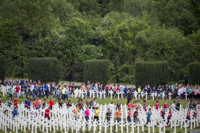 Des jeunes courent entre les stèles de la nécropole de Douaumont, lors de lacommémoration du centenaire de la bataille de Verdun, dimanche 29 mai 2016.