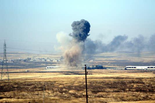 Bombardements aériens de la coalition menée par les Etats-Unis contre le groupe Etat islamique dans un village à l'est de Mossoul, le 29 mai.