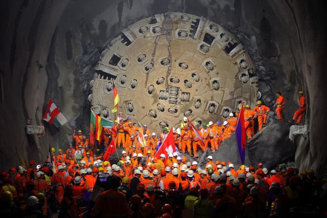 En octobre 2010, le gigantesque tunnelier finit le perçage de la voix à 2000 mètres sous la surface.