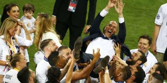 Zinedine Zidane porté en triomphe par ses joueurs, le28mai2016.