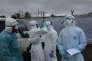 Une équipe de la Croix-Rouge lors de l'epidémie d'Ebola à la clinique de l'Ile, à Monrovia, en septembre 2014.