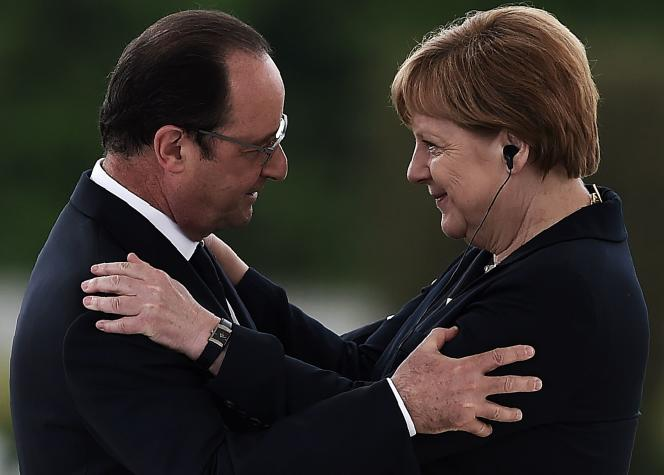 « Le couple franco-allemand gagnera en importance si le Royaume-Uni quitte l'UE. La plus grande crainte de l'Allemagne est qu'en cas de sortie du Royaume-Uni, la France et l'Italie fassent pression pour des politiques plus étatistes, avec davantage de transferts et d'autres politiques distributives» (Photo: François Hollande et Angela Merkel, à Douaumont, le 29 mai).