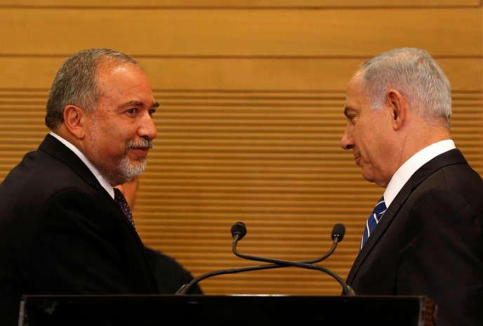Le nouveau ministre de la défense israélien, Avigdor Lieberman, et le premier ministre, Benyamin Nétanyahou, lors d'une conférence de presse, à laKnesset, le 30 mai.