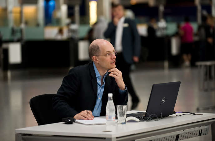 Alain de Botton, lors de sa « résidence » à l'aéroport Heathrow, à Londres, en 2009.