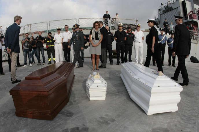Les cercueils de personnes mortes au large de Lampedusa en octobre 2013.