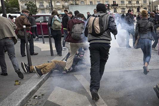 Romain D., 28 ans, un reporter amateur, tombe à terre après avoir été touché à la tempe, le 26 mai à Paris, à l'issue d'une manifestation contre la loi Travail.