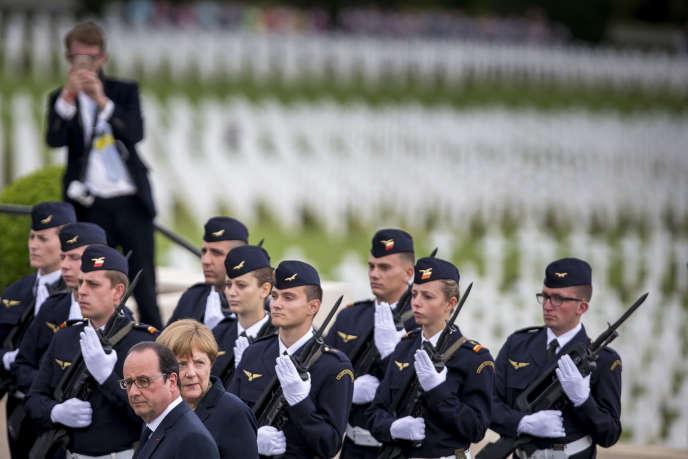 François Hollande et Angela Merkel participent à la commémoration du centenaire de la bataille de Verdun à Douaumont, dimanche 29 mai 2016.