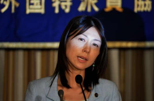 Ayaka Shiomura, élue à l'Assemblée de Tokyo.En 2014, elle a été moquée par ses collègues masculins lorsqu'elle a proposé des aides aux femmes pour augmenter le taux de natalité très bas du Japon. Parmi les insultes : « tu fais partie de celles qui devraient se marier le plus vite possible» ou « tu n'es même pas capable d'avoir un enfant ?».