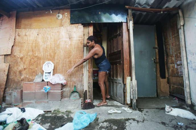 Une habitante du Complexe de la Maré, ensemble de bidonville de Rio de Janeiro, le 9 octobre 2015.