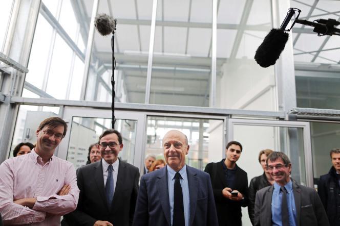 Alain Juppé visite l'école d'ingénieurs en agriculture de Mont-Saint-Aignan (Seine-Maritime), le 12 mai.