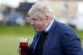 L'ancien maire de LondresBoris Johnson boit à la sortie de l'Union européennelors d'une réunion en faveur du «Brexit» àChester-le-Street, au sud de Newcastle, le 30 mai.