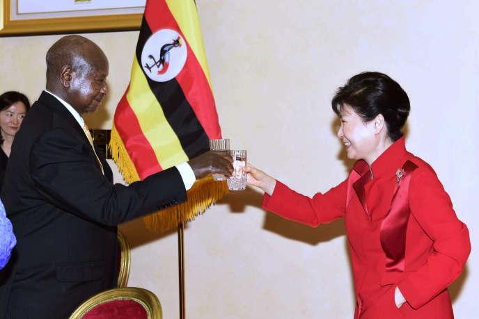 Le président ougandais Yoweri Museveni en compagnie de la présidente sud-coréennePark Geun-Hye, le 29 mai.