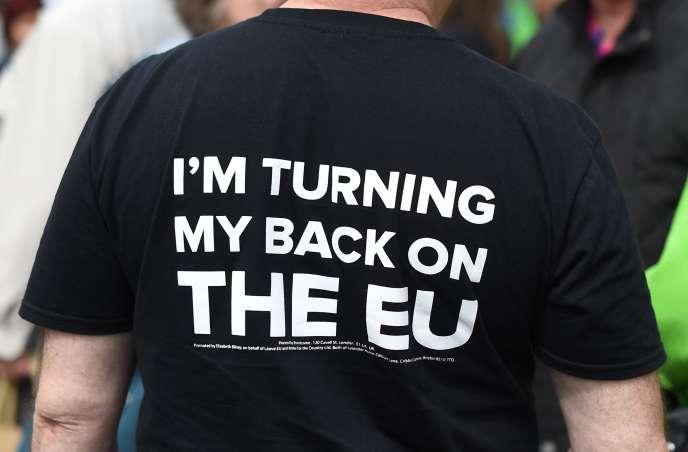 A quelques jours du référendum du jeudi 23juin, les partisans du « Brexit » semblent plus déterminés à voter que les électeurs qui souhaitent que le Royaume-Uni demeure dans l'Union européenne. Un partisan de la «sortie« arbore un tee-shirt« Je tourne le dos à l'Union européenne», le mardi 31 mai, à Birmingham (Angleterre).