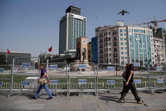 Des barricades placées autour du parc Gezi, à Istanbul en 2016, lors du troisième anniversaire des manifestations anti-Erdogan de 2013 durant lesquelles 10 personnes avaient été tuées et des milliers d'autres blessées.
