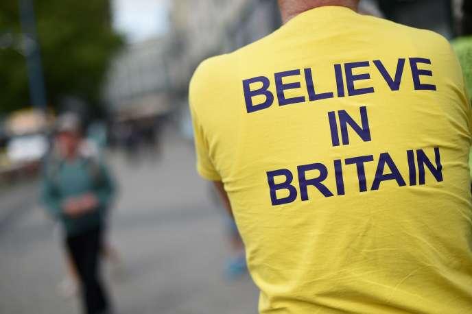 Un sympathisantpro-« Brexit»du UKIP, de Nigel Farage, à Birmingham, fin mai.