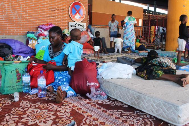 Des étrangers regroupés dans un camp de fortune, place de la République à Mamoudzou, le 31 mai, après avoir été chassés de chez eux.
