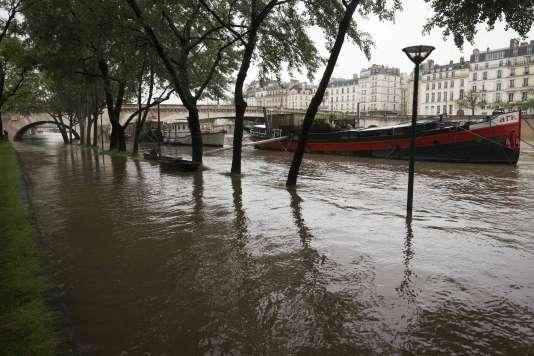Le quai de la Tournelle, le long de la Seine, le 31 mai 2016.