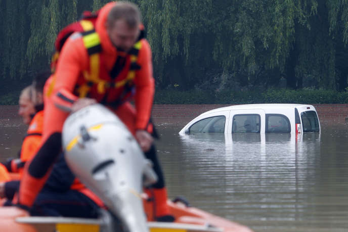 A Bruay-la-Buissière, une voiture immergée en raison de la montée des eaux, le 31 mai.