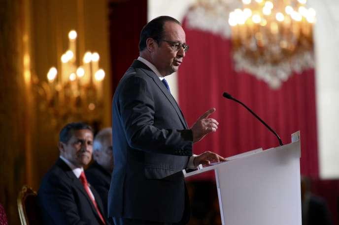 François Hollande à l'Elysée, lors de la visite de son homologue péruvien,Ollanta Humala (au fond), le 31 mai.