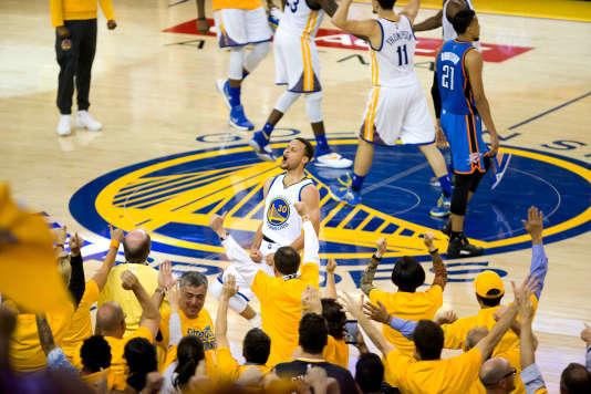 Stephen Curry et ses coéquipiers célèbrent la victoire de Golden State face à Oklahoma City le 30 mai.
