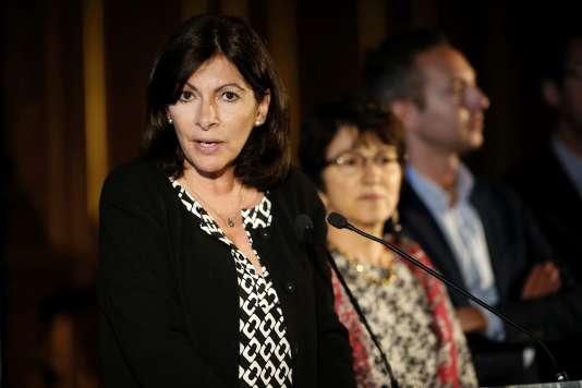 L'ouverture d'un camp humanitaire pour les réfugiés à Paris, dont la création a été annoncée le 31 mai 2016 par la maire de Paris, ne se fera pas avant un mois et demi.