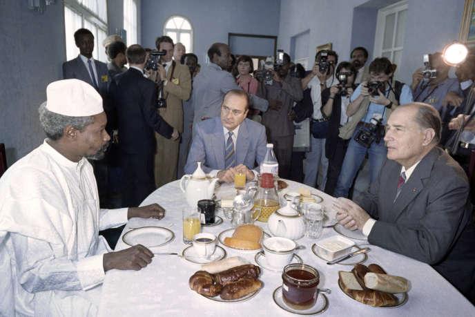 Le président tchadien Hissène Habré avec le président Mitterrand et son premier ministre Jacques Chirac au 13e sommet franco-africain à Lomé, au Togo, le 14 novembre 1986.