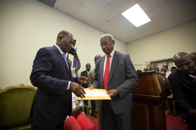 Le président provisoire, Jocelerme Privert, reçoit le rapport du président la commission indépendante de vérification et d'évaluation électorale à Haïti,François Benoit, le 30 mai.