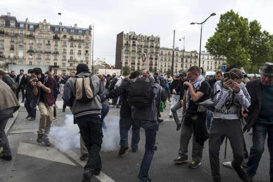 Une grenade de désencerclement explose et projette des galets en plastique sur la foule, le 26 mai 2016 à Paris, à l'issue d'une manifestation contre la loi Travail.