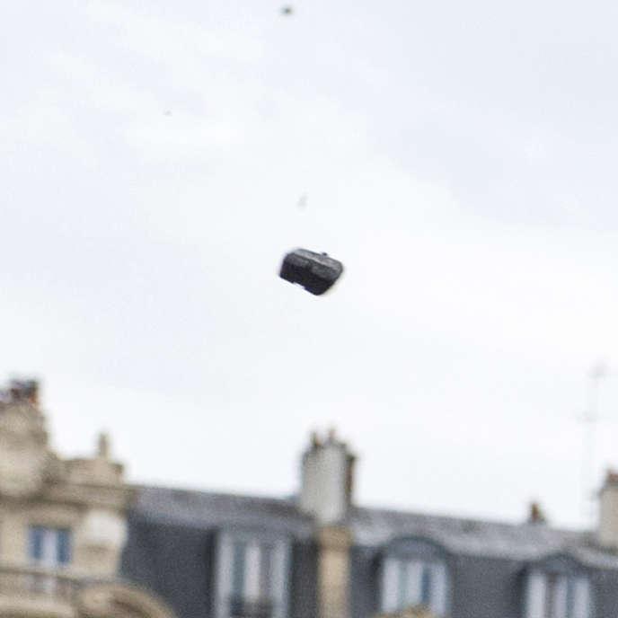 Un des trois projectiles en plastique provenant de la grenade lancée par un des policiers, projetés à plusieurs mètres de hauteur (agrandissement de la photo originale).