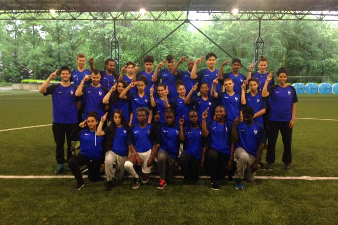 Les élèves de 4eC du collège Gabriel-Péri d'Aubervilliers immortalisent leur journée du 31 mai sur le terrain d'entraînement deClairefontaine, vêtus de leur maillot de l'équipe de France.