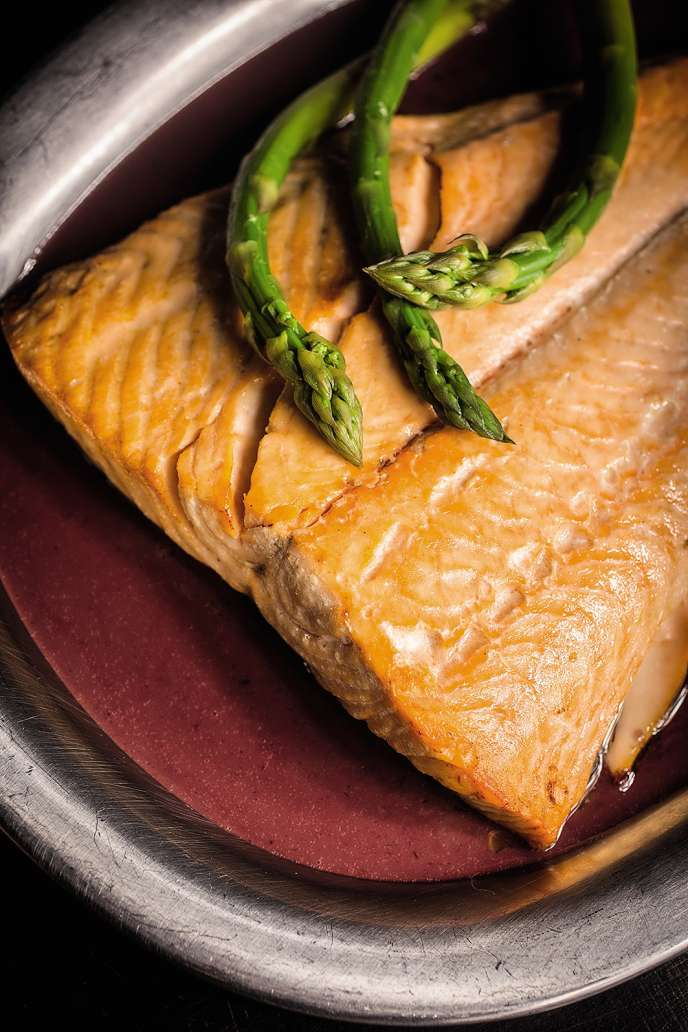 Filet de saumon au beurre rouge.