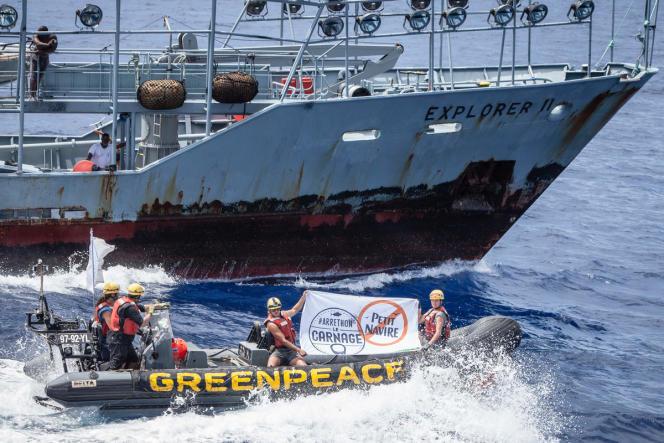 Le 29 mai, dans l'océan Indien, une équipede Greenpeace s'approchent de l'Explorer II pour barbouiller de noir ses projecteurs, qui «aimantent» les poissons la nuit.