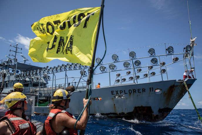 Des militants de Greenpeace approchent l'Explorer II, un navire de soutien stationné dans les eaux des Seychelles pour permettre aux thoniers de maximaliser leurs prises grâce à ses projecteurs.
