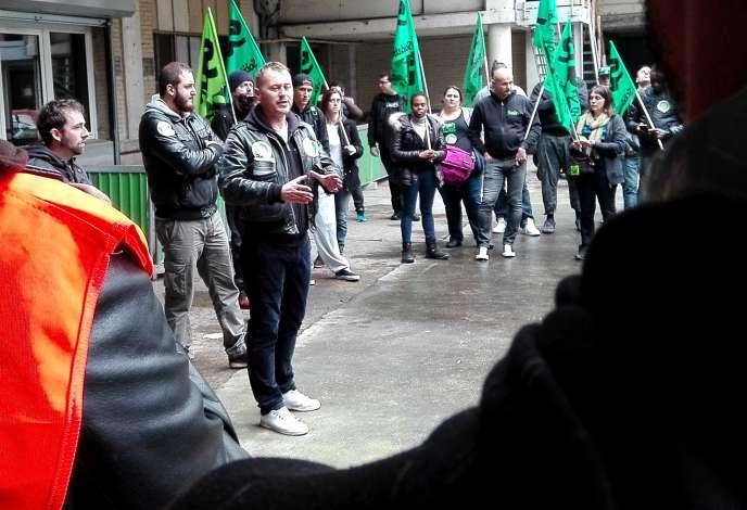 Fabien Villedieu, élu SUD-Rail, lors d'une assemblée générale gare de Lyon, le 1er juin 2016.