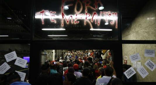 L'immeuble accueillant les bureaux de Michel Temerle, président intérimaire du Parti du mouvement démocratique brésilien (PMDB, centre),est occupé par des militants du parti de Dilma Roussef. Le mercredi 1erjuin à Sao Paulo (Brésil).
